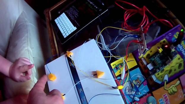 Cotxe teledirigit amb Raspberry i controlat amb… Formatge!